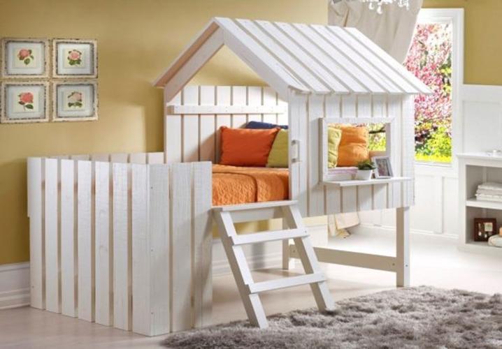 Giường ngủ có mái, cửa sổ và tường rào xung quanh màu trắng