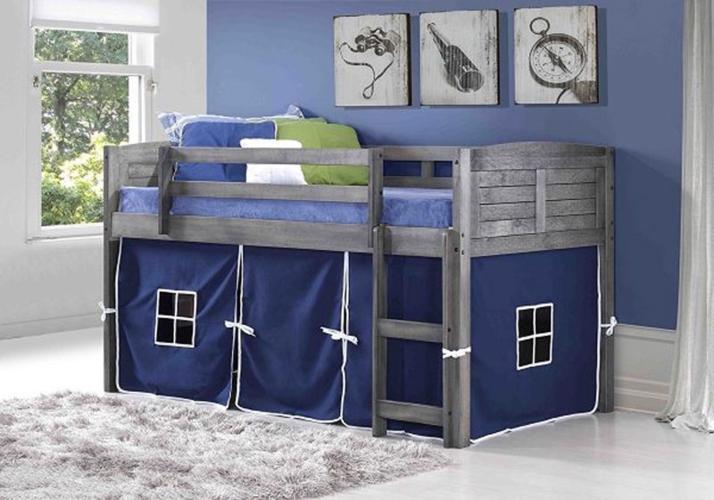 Cầu thang gắn bên cạnh giường tạo thuận tiện cho trẻ leo lên tầng trên để nằm