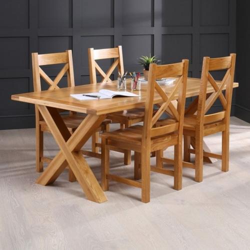 Nhìn vào bộ bàn ghế chúng ta dễ nhận ra đây đích thực là phong cách Rustic nhờ sử dụng chất liệu gỗ, kiểu dáng chân hình chữ X bắt mắt