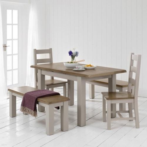 Phòng ăn mang phong cách Rustic thường giống với phong cách Bắc Âu vì cũng sử dụng gỗ, thảm trải sàn và gam màu trắng