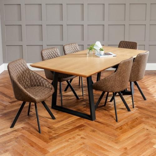 Mặt bàn ăn rộng rãi sử dụng sơn phủ bên ngoài để giữ nguyên màu sắc tự nhiên của gỗ đồng thời tạo độ bóng cho nội thất
