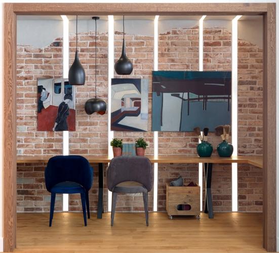 Khu vực làm việc cũng được làm mới bằng những bức tranh treo tường và đèn âm tường