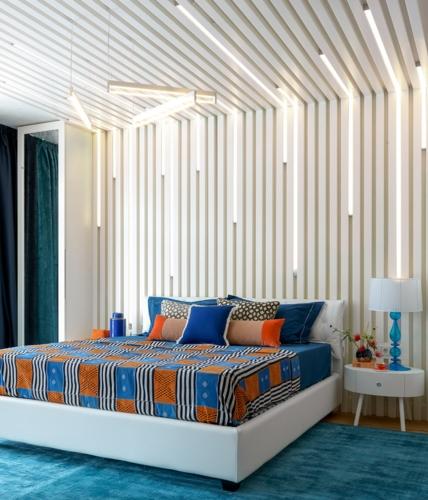 Bức tường đầu giường lắp đặt thêm hệ thống đèn Led đầy nghệ thuật