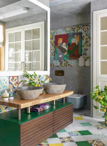 Sàn gạch đầy màu sắc phù hợp với mặt kệ màu xanh lá cây