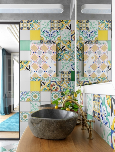 Chậu rửa bằng đá kết hợp với vòi màu vàng gợi nhắc về những giá trị truyền thống trong không gian nhà phố hiện đại