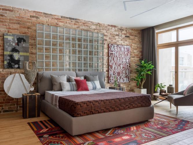 Phòng ngủ của cô con gái được nổi bật bằng tông màu nâu và thảm trải sàn hoa văn