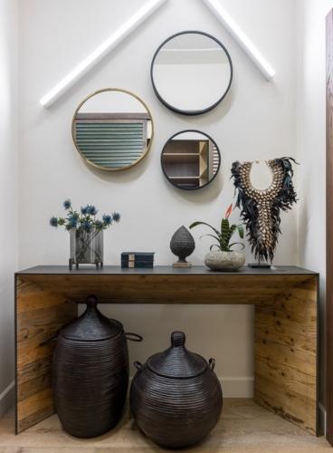 Bộ sưu tập các tác phẩm nghệ thuật là vật trang trí đắt giá trong căn nhà