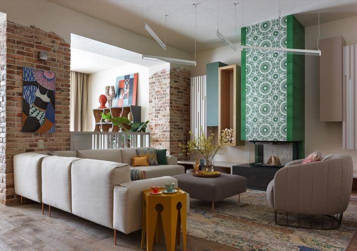 Thay vỏ bọc ghế sofa hoặc giặt sạch nếu bạn có thể, sử dụng giấy dán tường để thổi làn gió mới vào nội thất phòng khách của bạn
