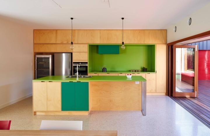 Tủ bếp được kết hợp giữa các màu sắc sáng, xanh lá cây