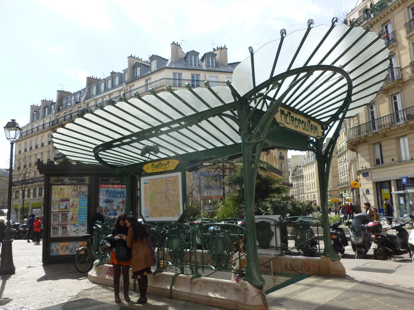 Lối lên xuống ga metro ngầm tại khu vực trung tâm lịch sử TP Paris (CH Pháp)