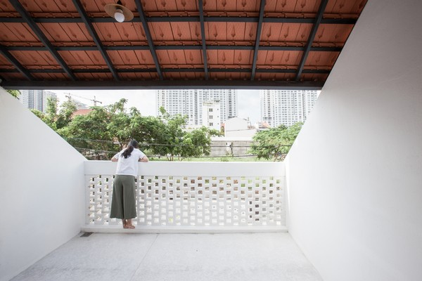 Tile-Roof-House-Ngoi-nha-mai-ngoi-hoai-co-giua-do-thi-hien-dai-02
