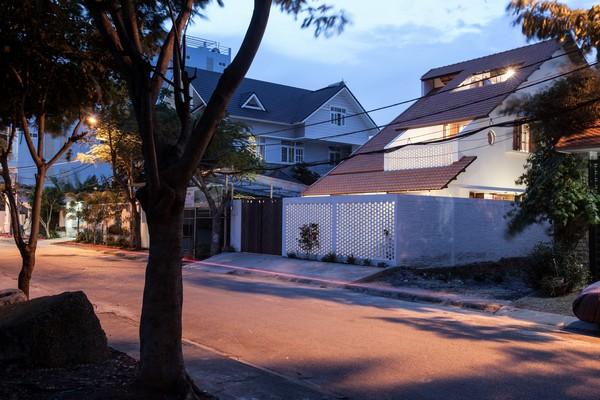 Tile-Roof-House-Ngoi-nha-mai-ngoi-hoai-co-giua-do-thi-hien-dai-05