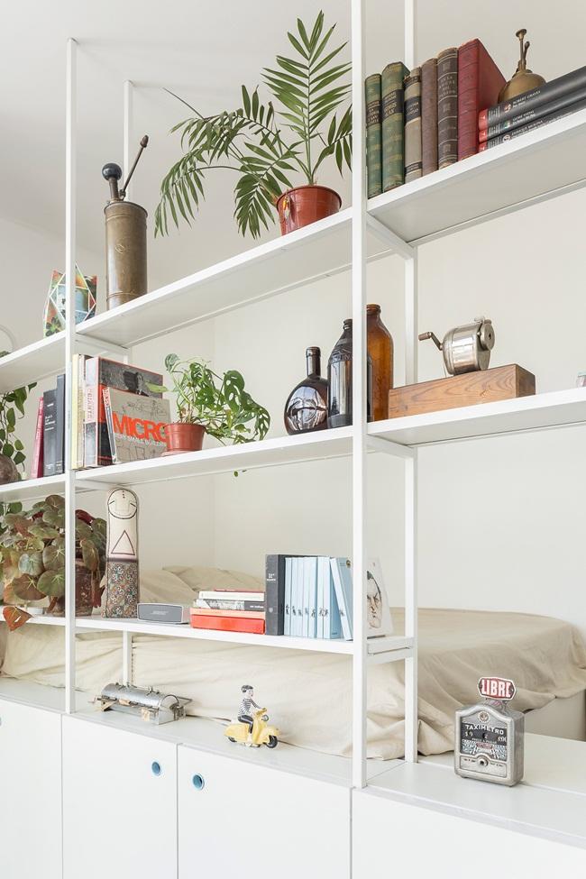 Giá sách được đặt dọc theo một bức tường tạo thành một thư viện nhỏ