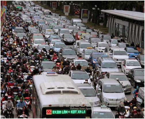 Hình 1: Ô tô tuy số lượng còn ít nhưng đã chiếm gần hết không gian đường phố (Nguồn: Báo Tin Tức [2])