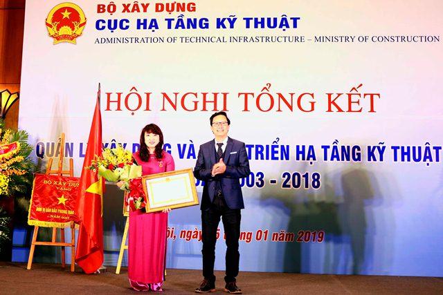 Thứ trưởng Nguyễn Đình Toàn trao Huân chương Lao động Hạng III cho Cục trưởng Mai Thị Liên Hương
