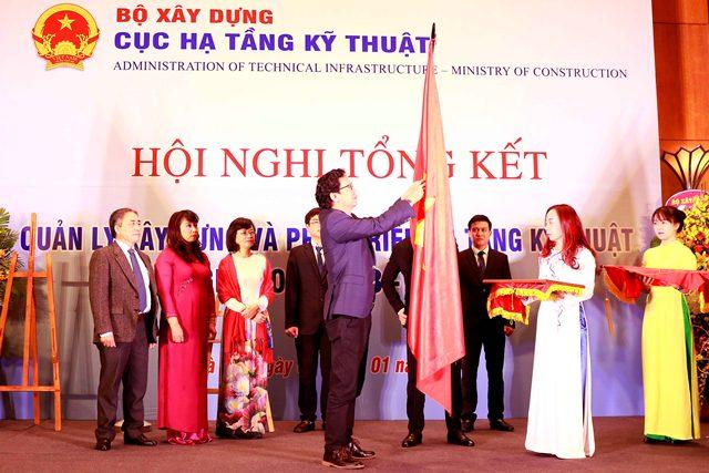 Thừa ủy quyền của Chủ tịch nước, Thứ trưởng Nguyễn Đình Toàn trao Huân chương Lao động Hạng III cho Cục Hạ tầng kỹ thuật
