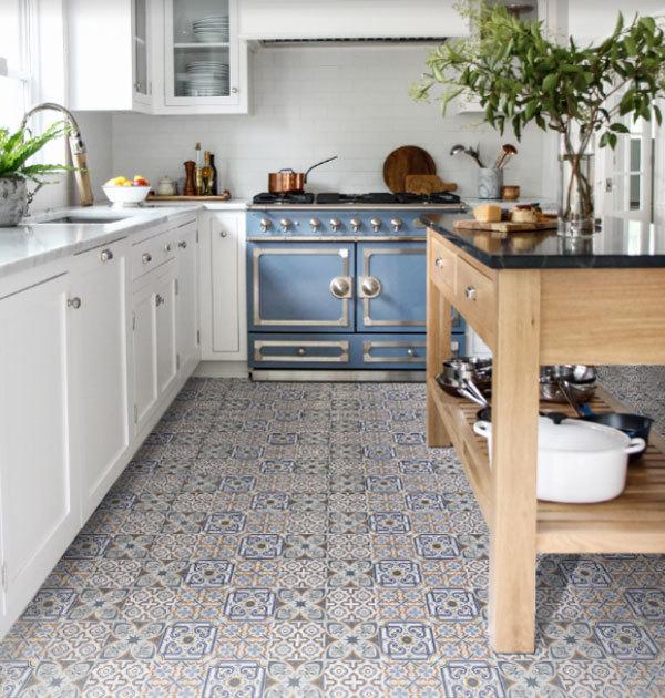 Một kiểu phối gạch xếp ngẫu nhiên, đem lại dấu ấn về sự tươi mới và hiện đại cho sàn bếp