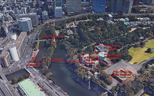 Ga ngầm Takebashi nằm bên dưới hào Kokyo-Gaien là lớp bảo vệ vòng ngoài Hoàng cung Tokyo