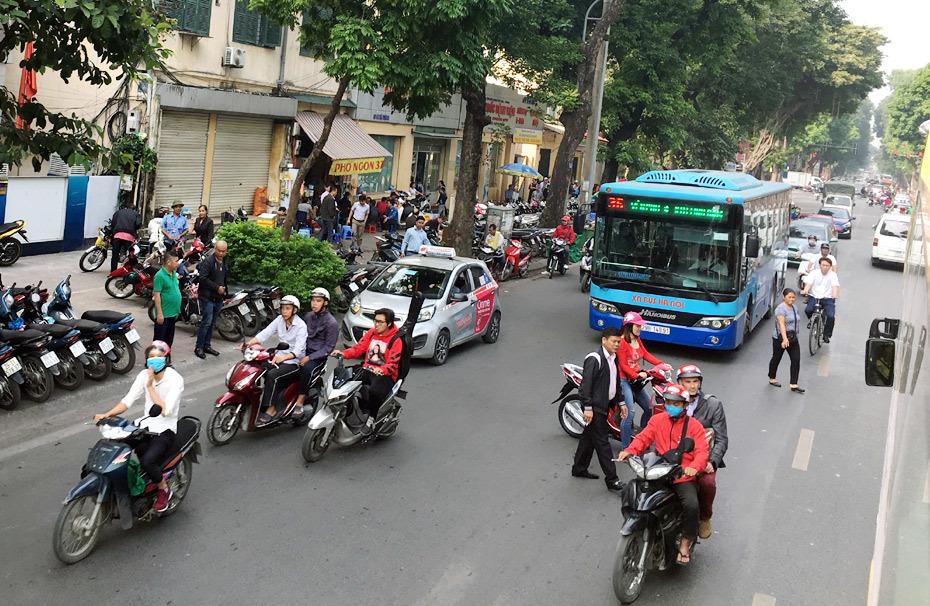 Đó là chưa kể xe máy và các phương tiện giao thông khác (ảnh Ngọc Hà)