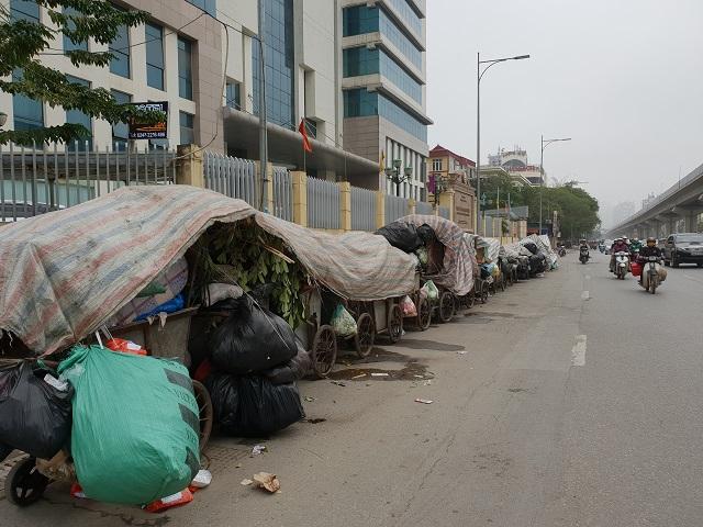 Không chuyển đi được, rác tràn ngập nhiều tuyến đường phố tại các quận Thanh Xuân, Hà Đông, Nam Từ Liêm. Ảnh: Ngọc Hải