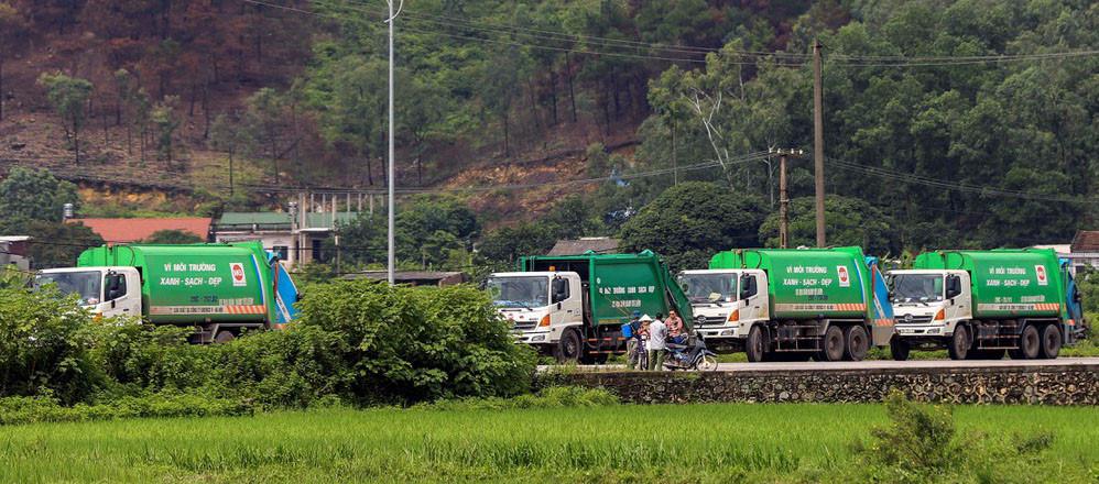 Đoàn xe chở rác bị người dân quanh khu vực bãi rác Nam Sơn chặn. (Ảnh: VOV)