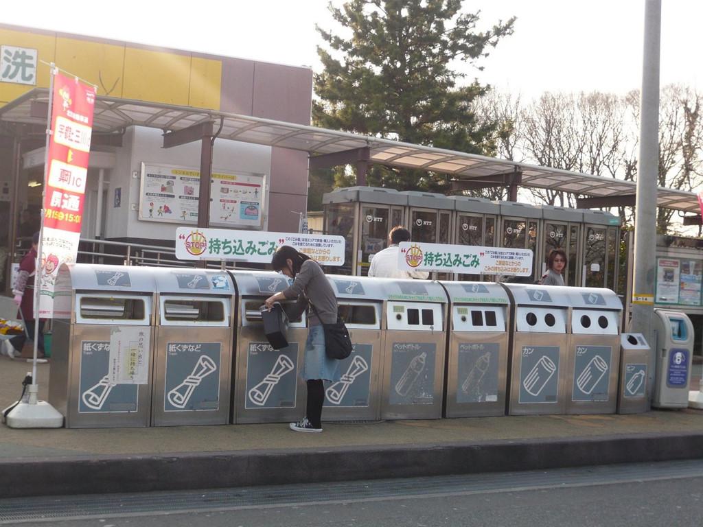 Nhật Bản rất khắt khe việc phân loại rác, người dân sẽ bị phạt tiền nếu cố tình để lẫn các loại rác vào nhau. (Ảnh: ChannelNewsAsia)