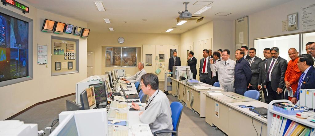 Các kỹ sư giám sát hoạt động của các lò đốt. (Ảnh: Japantimes.co.jp)