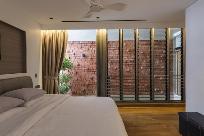 Việc sử dụng gạch nung tự nhiên tạo nên cái nhìn 'khép kín'. Không gian bên trong ngôi nhà được bảo vệ hoàn toàn khỏi ánh nắng trực tiếp và tiếng ồn giao thông