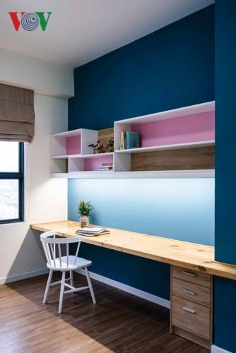 Một phòng ngủ được biến thành phòng làm việc, với những gam màu tươi trẻ, thể hiện sự năng động và vui tính của chủ nhân