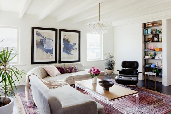 Để không gian phòng khách đem lại cảm giác dễ chịu và thoải mái, chủ nhà chọn tông màu trắng sáng làm chủ đạo, thêm các chi tiết trang trí để tạo nên nét cá tính riêng.