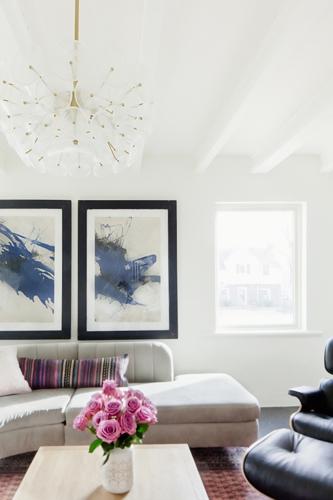 Hai bức tranh đặt bên trong tường hai khung cửa sổ làm căn phòng bớt nhàm chán và tạo thêm sự liên kết với tổng thể không gian.