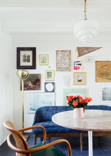 Để liên kết tổng thể thì trên tường là những khung ảnh trang trí được sắp đặt ngẫu nhiên cùng với màu sắc như xanh, nâu, vàng, xám…