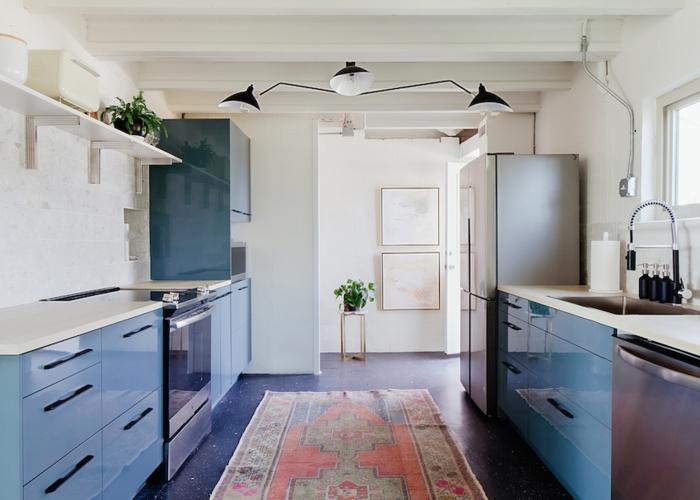 Không gian bếp, chủ đạo là màu xanh với chất liệu chính là kim loại và tráng gương, tủ và giá kệ được sắp xếp cân đối hai bên và thẳng hàng tạo cảm giác ngăn nắp, trật tự.