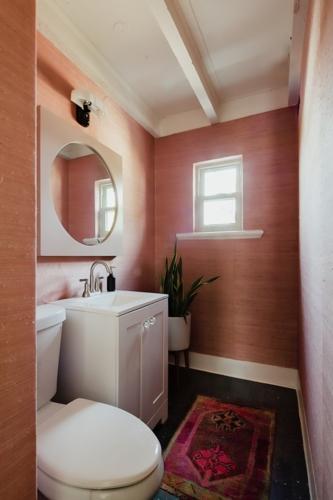 Phòng vệ sinh với không gian nhỏ, labor và gương được nhấn mạnh bằng dạng hình vuông và chữ nhật. Màu sắc cũng đã được thay đổi để tạo cảm giác mới mẻ.