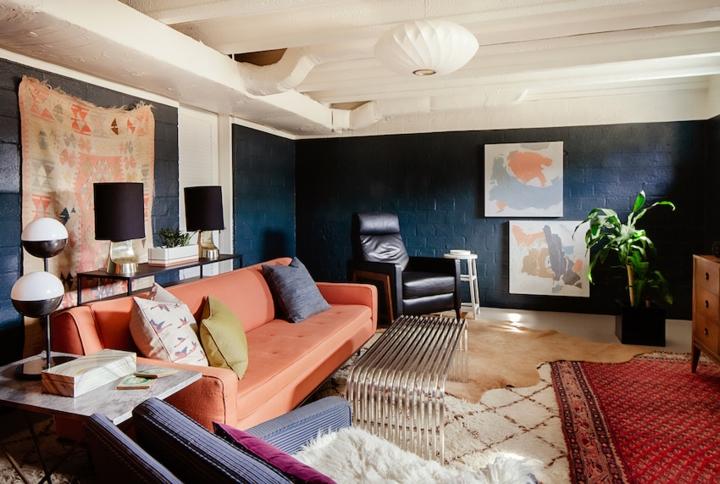 Phòng gia đình mang hai màu sắc chủ đạo xanh và cam hồng. Đồ nội thất trang trí cũng mang thiên hướng vuông vắn, điểm nhấn là tường và thảm trải sàn.