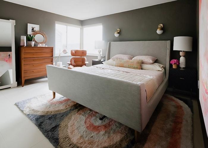 Không gian phòng ngủ lớn cần đảm bảo sự thoái mái nhất cho gia chủ nên có tông màu tối giản cùng với cách bài trí tiện lợi.