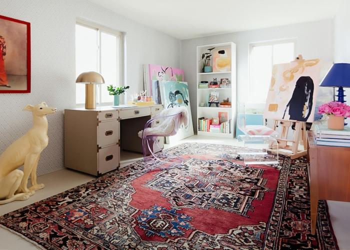 Phòng làm việc với không gian làm việc khơi gợi sáng tạo được kết hợp từ bàn ghế, tủ, tranh và tượng, cũng như đèn bàn và thảm trải thổ cẩm. Nước sơn tường được giữ ở chế độ tối giản nhất để mang lại tổng thể hài hòa.