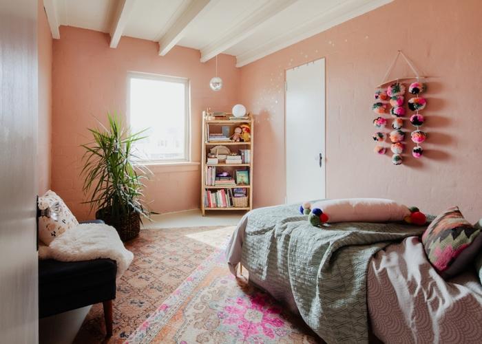 Phòng ngủ nhỏ cho trẻ em có tông màu pastel nhẹ nhàng với sự mềm mại trong trang trí tạo cảm giác dễ chịu cho con trẻ.