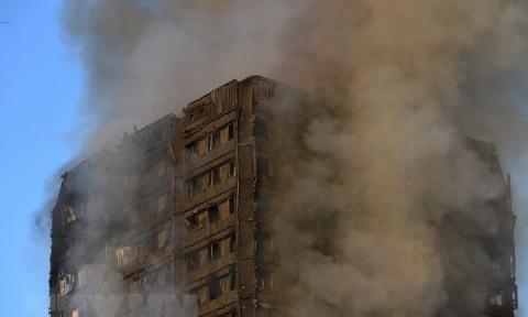 Anh trang bị hệ thống vòi phun cứu hỏa tự động tại các tòa nhà mới