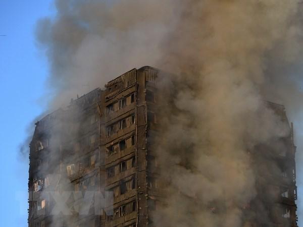 Khói bốc lên từ tòa chung cư Grenfell Tower bị cháy ở London ngày 14/6/2017 vừa qua. (Ảnh: EPA/TTXVN)