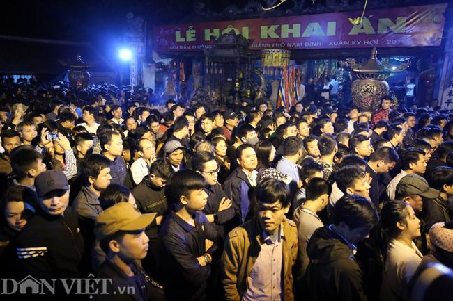 Hàng trăm du khách tập trung tại sân đền Thiên Trường để chờ mua ấn Đền Trần