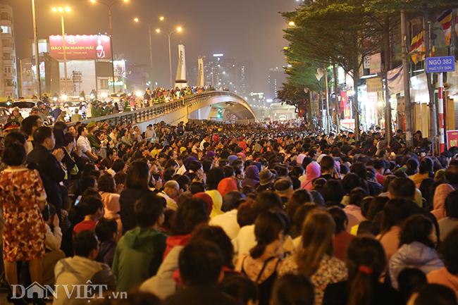 Đường Tây Sơn chật cứng người ngồi lễ một đoạn dài quanh khu vực cầu vượt Ngã Tư Sở