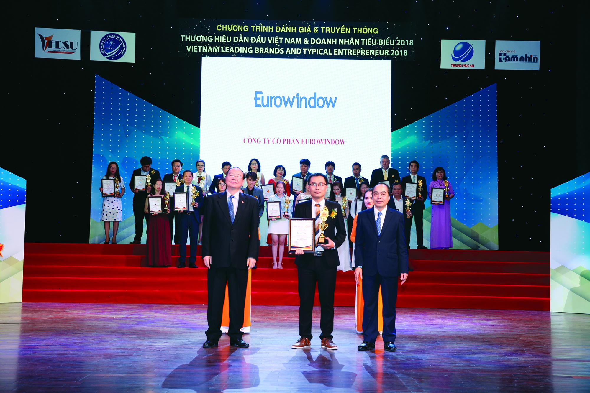 Đại diện Eurowindow nhận giải Top 10 Thương hiệu dẫn đầu Việt Nam năm 2018