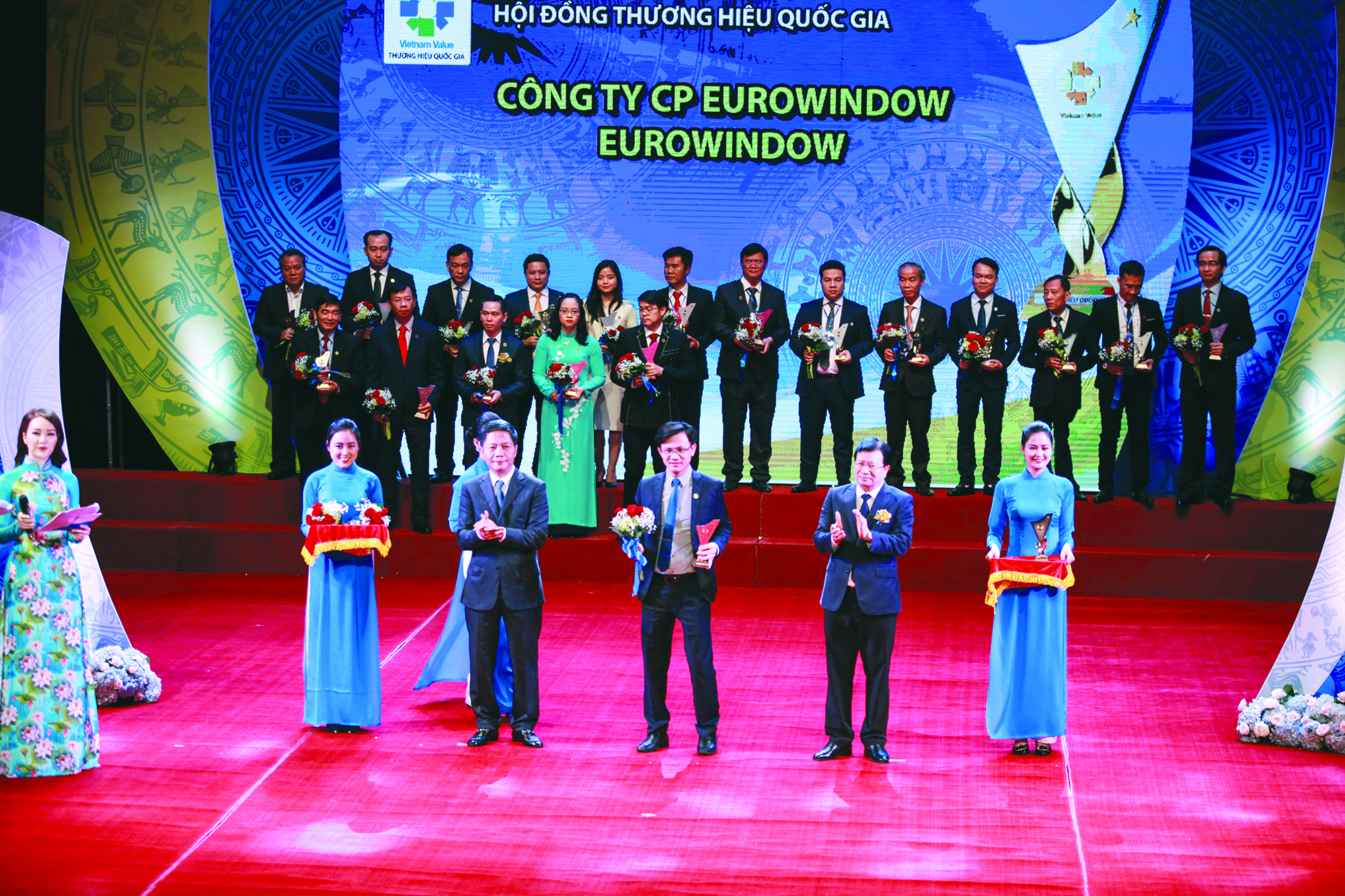 Phó Thủ tướng Trịnh Đình Dũng và Bộ trưởng Bộ Công Thương Trần Tuấn Anh  khen thưởng các doanh nghiệp có sản phẩm đạt THQG 2018