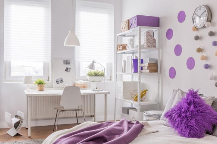 Màu tím: Sắc tím lẩn khuất trong ghế sofa, gối ôm, chuông gió giúp ngôi nhà thêm thanh lịch và lãng mạn