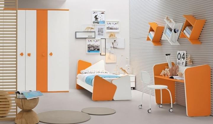 Phòng ngủ cho trẻ có đầy đủ giường, tủ treo quần áo, bàn học với sự kết hợp chủ yếu từ màu cam, trắng tạo không khí ấm áp mỗi khi bước vào căn phòng