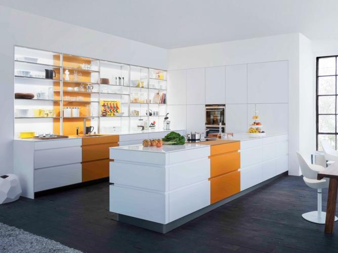 Ngoài chất liệu bằng kính để làm giá đỡ để đĩa, cốc chén và các vật dụng khác, tủ bếp này có điểm nổi bật là sự phối hợp giữa màu trắng và cam tạo nên không gian sang trọng cho căn nhà bạn