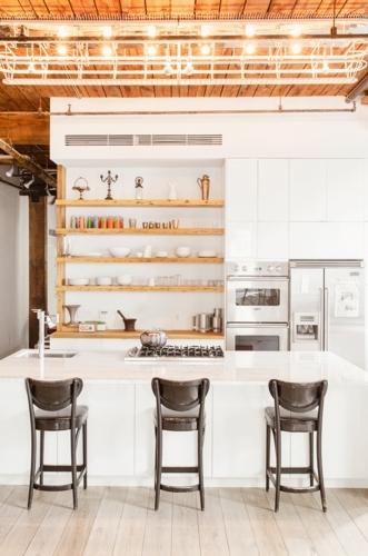 Không cần cầu kỳ đóng những tủ bếp quá dài, khu vực bếp cũng có thể sử dụng gỗ gắn tường. Ở bên dưới là chiếc tủ để có thể đựng đồ, kệ bếp nấu ăn