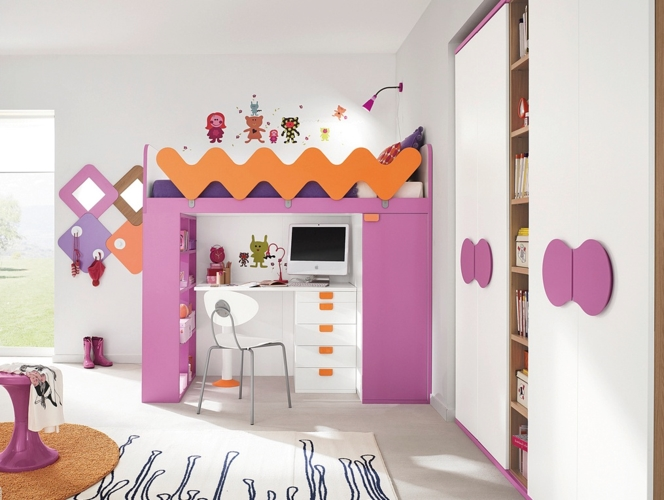 Giường ngủ kết hợp bàn học giúp tiết kiệm không gian. Màu hồng luôn được sử dụng để trang trí phòng ngủ cho các bé gái