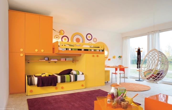 Màu cam và vàng khiến căn phòng khá sinh động